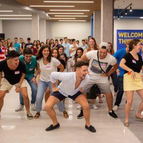 estudiantes bailando, bienvenida, residencia universitaria en malaga, Rut
