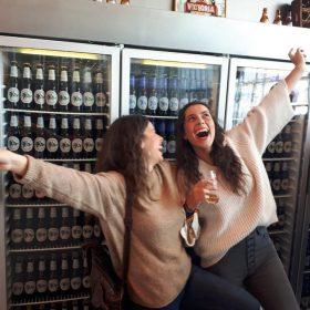 estudiantes alegres en visita fabrica de cerveza victoria, residencia universitaria en malaga, Rut,